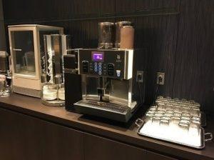 空港ラウンジのコーヒーサーバー