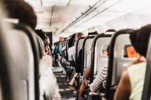 飛行機の安全な座席は窓側と通路側のどっち?